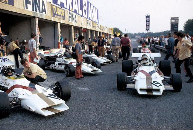 Gethin (nº18) en el pit lane antes de la salida del GP Italia 1971