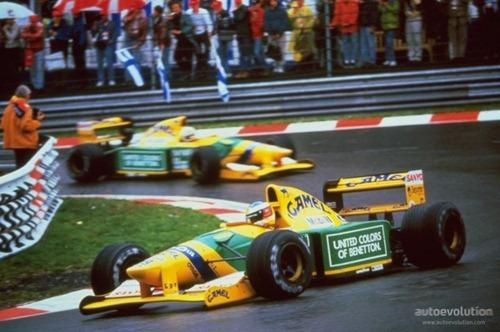 Michael Schumacher por delante de su compañero Martin Brundle en el Gran Premio de Bélgica de 1992