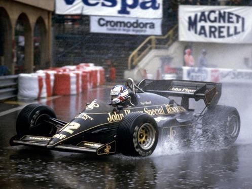 Nigel Mansell liderando el Gran Premio de Mónaco 1984 con su John Player Special Team Lotus95T antes de chocar contra las barreras (Monte Carlo, 03/06/1984)