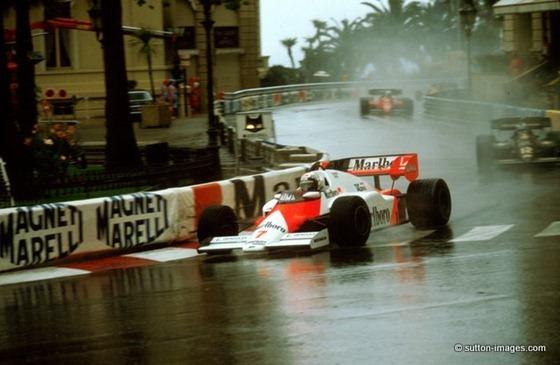 Alain Prost (McLaren-TAG) liderando el GP Mónaco 1984, al paso por la curva del Casino perseguido por Mansell.