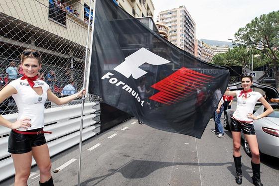 f1-2012-06-monaco-bandera-pit-babes