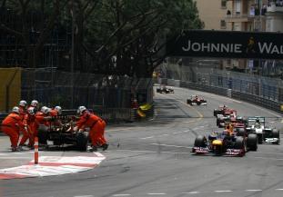 Comisarios retirando Grosjean