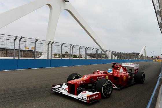 Alonso cruzando el puente del puerto