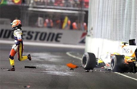 Nelson Piquet Jr saliendo de su monoplaza tras impactar con el muro (GP Singapur, 2008)