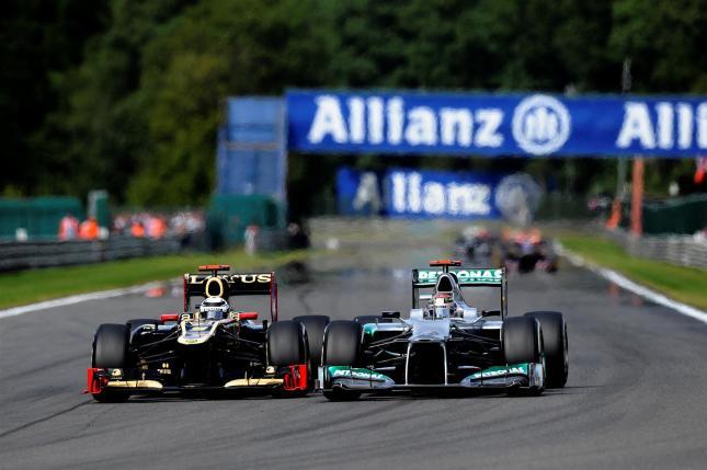 Raikkonen adelantando a Schumacher