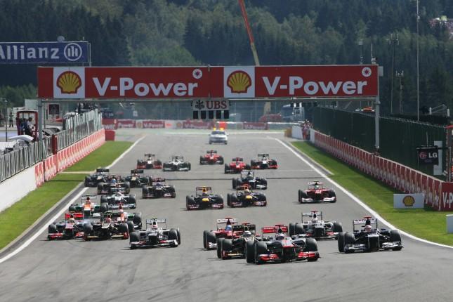 Salida del Gran Premio, con toque de Grosjean a Hamilton