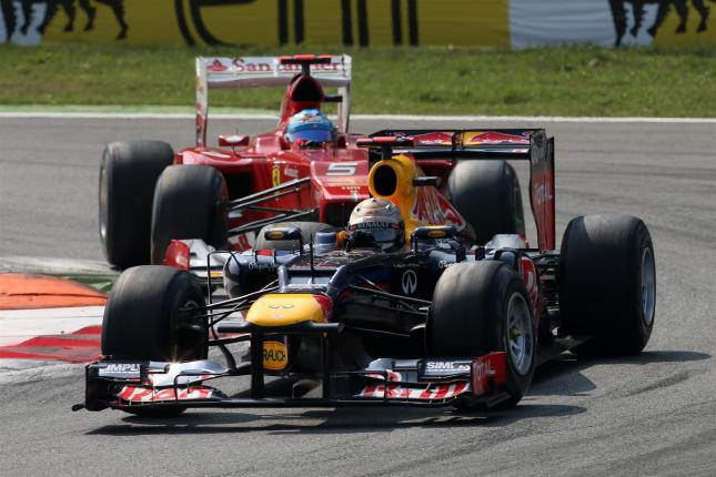 Vettel defendiendo posición con Alonso