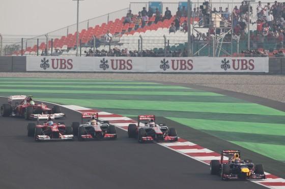 Hamilton adelantado por Button y Alonso