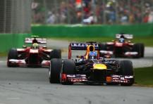 Vettel en cabeza perseguido por los Ferrari