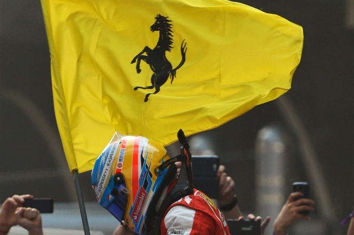 Alonso portando una bandera de Ferrari (China 2013)