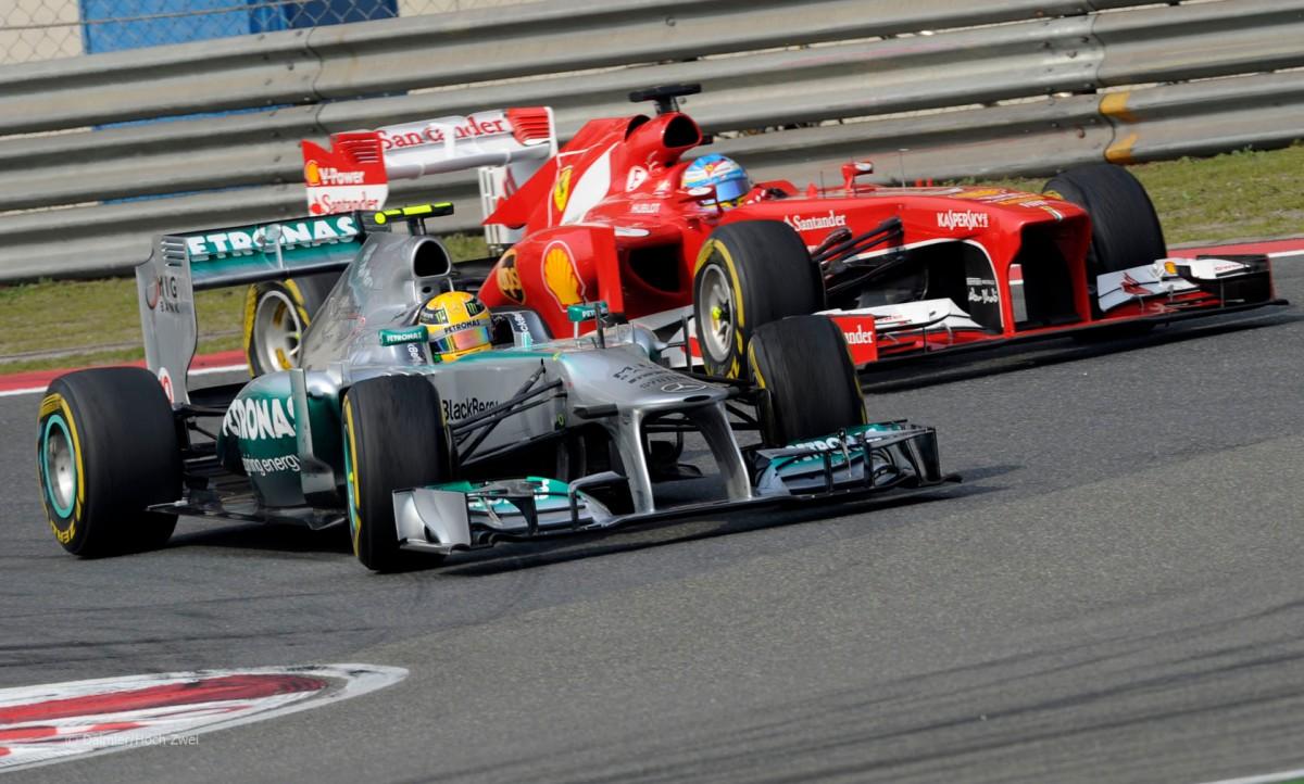 Hamilton y Alonso luchando por la cabeza (GP China 2013)