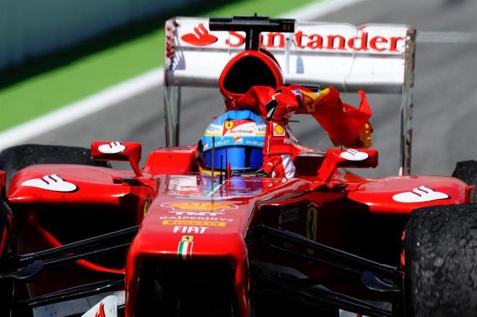 Alonso enarbolando bandera española tras su vistoria (GP España, 2013)
