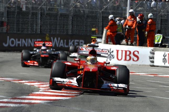 Fernando Alonso atacando la chicane del puerto (GP Mónaco, 2013)