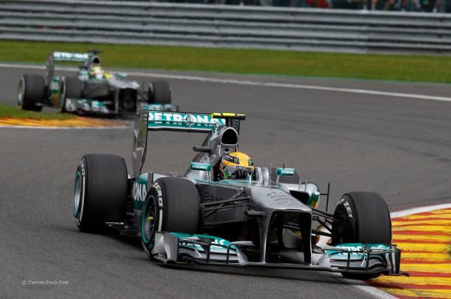 Mercedes W04 de Lewis Hamilton seguido por su compañero de equipo Rosberg (GP Bélgica, 2013)