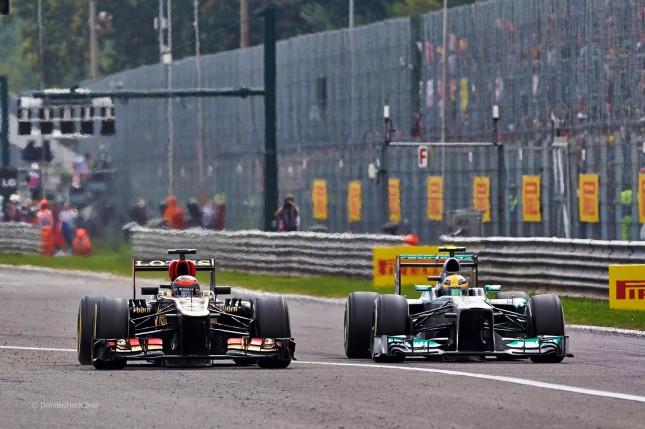 Raikkonen adelantando a Hamilton (GP Italia, 2013)