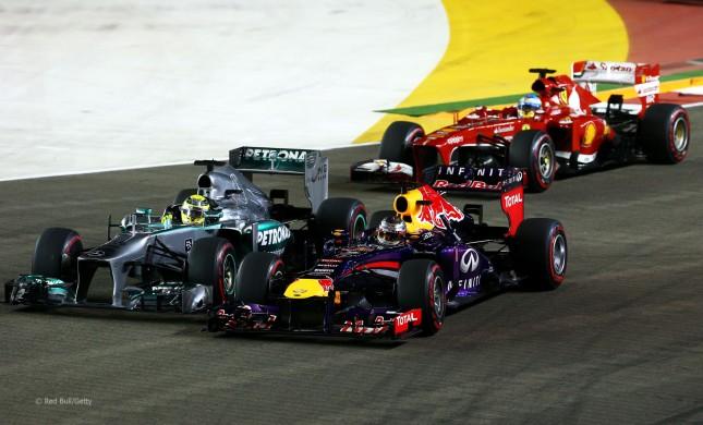 Lucha por la primera posición entre Vettel y Rosberg en la salida del GP de Singapur 2013