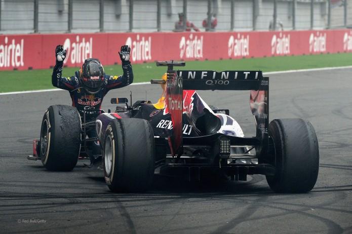 Sebastian Vettel rindiendo pleitesía al RB9 (GP India, 2013)
