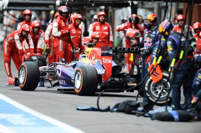 Pit stop de Red Bull vigilado por los mecánicos de Ferrari (GP Bélgica, 2013)